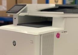 Wenn der Drucker oder Kopierer nach der DGU V3 (BGV A3) gerüft wurde, wird das Gerät mit einem Prüfsiegel oder Prüfetikett gekennzeichnet