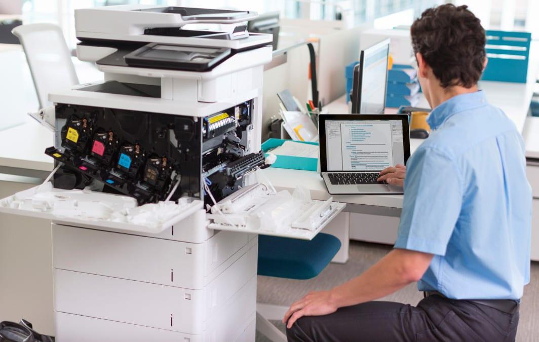 Reparatur und Wartung mittels eines Notebooks gehören mittlerweile beim Drucker oder Kopierer dazu