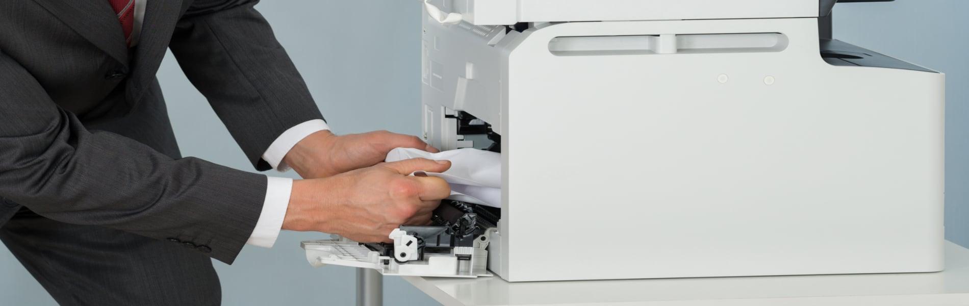 Achten Sie darauf, dass Sie den Papierstau richtig entfernen. Ziehen Sie das Papier mit der Laufrichtung aus dem Drucker oder Kopierer.