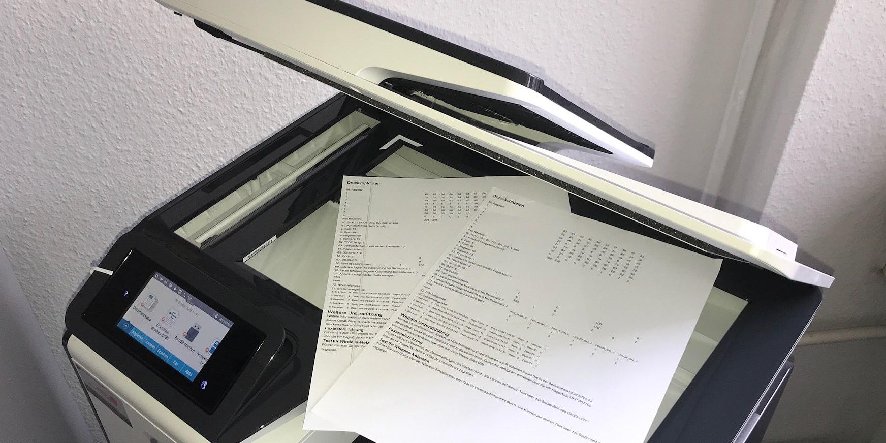 Verursacht der Drucker oder Kopierer schwarze Streifen, kann das verschiedene Ursachen haben.
